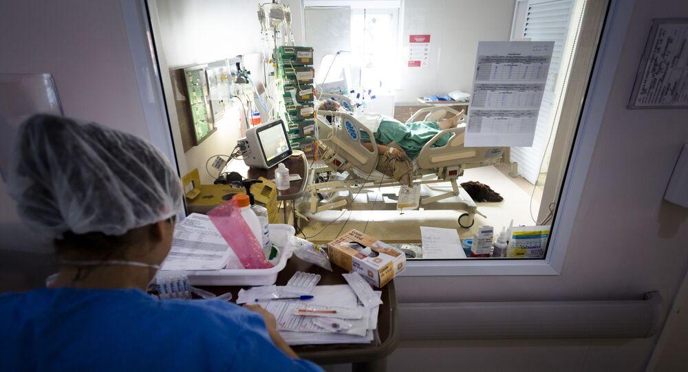 Em Araraquara, interior de São Paulo, um paciente com COVID-19 é atendido em uma UTI no Hospital da Santa Casa de Misericórdia, em 11 de março de 2021