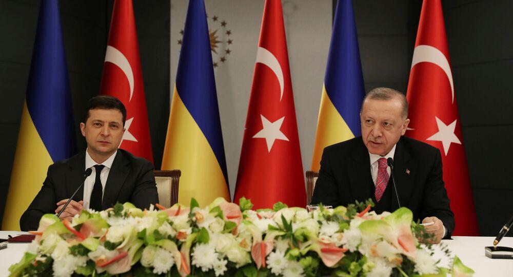 Presidentes de Ucrânia e Turquia, Vladimir Zelensky e Recep Tayyip Erdogan, durante encontro em Istambul, 10 de abril de 2021