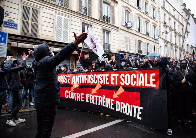 Protesto antifascista em Paris, França, neste sábado, 10 de abril de 2021