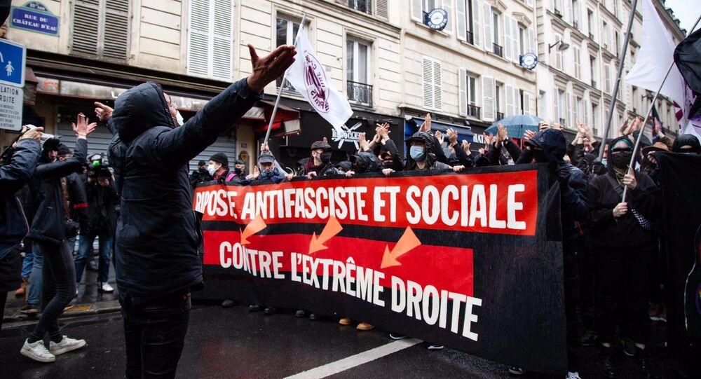 Protesto antifascista em Paris, França, neste sábado, 10 de abril de 2021