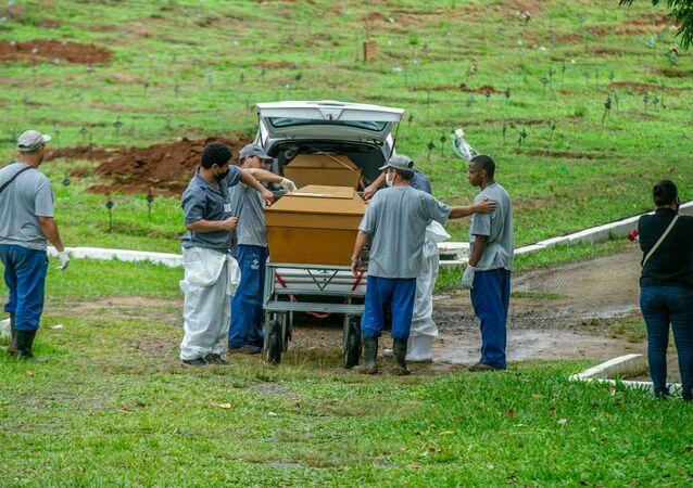Cemitério de Porto Alegre com ritmo intenso de sepultamentos devido ao surto do novo coronavírus na capital gaúcha