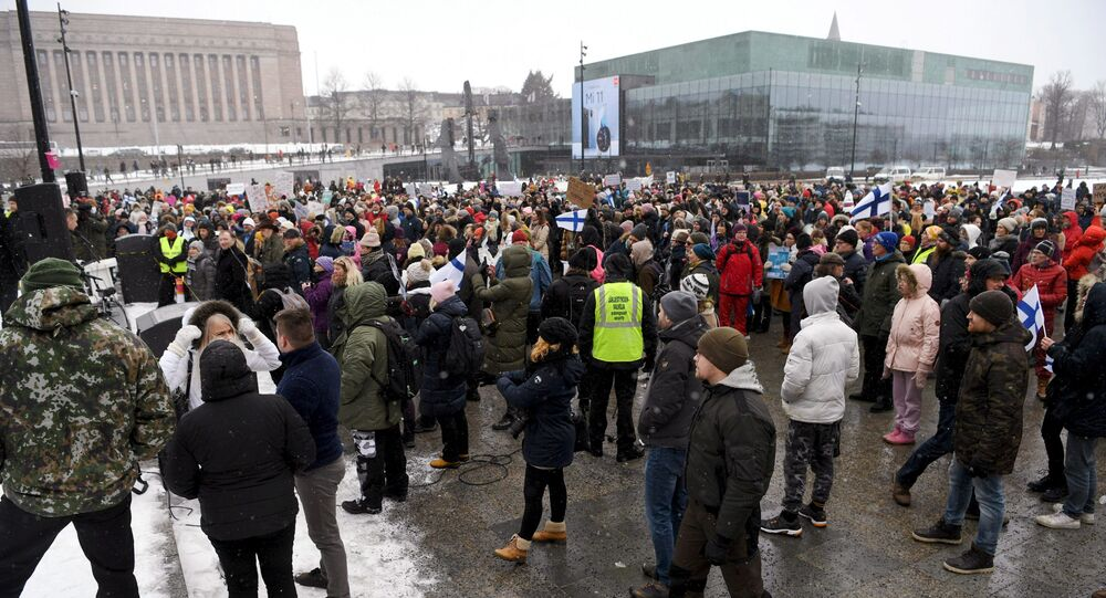 Manifestantes protestam contra restrições para combater o coronavírus na Finlândia