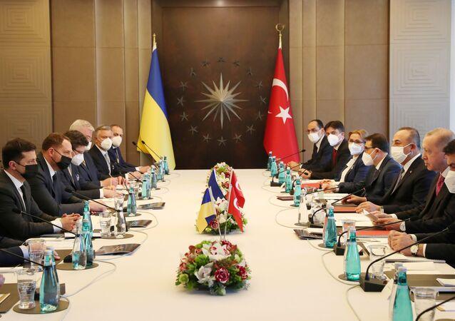 O presidente turco, Recep Tayyip Erdogan, e o presidente da Ucrânia, Vladiimr Zelenskiy, participam de uma reunião em Istambul