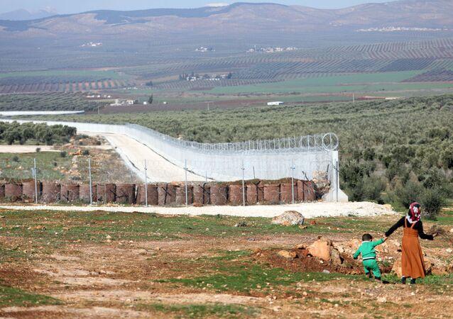 Foto mostrando parte da fortificação construída pelo governo turco ao longo de sua fronteira com a Síria, tirada em 20 de janeiro de 2018 do lado da cidade de Atme, na província de Idlib