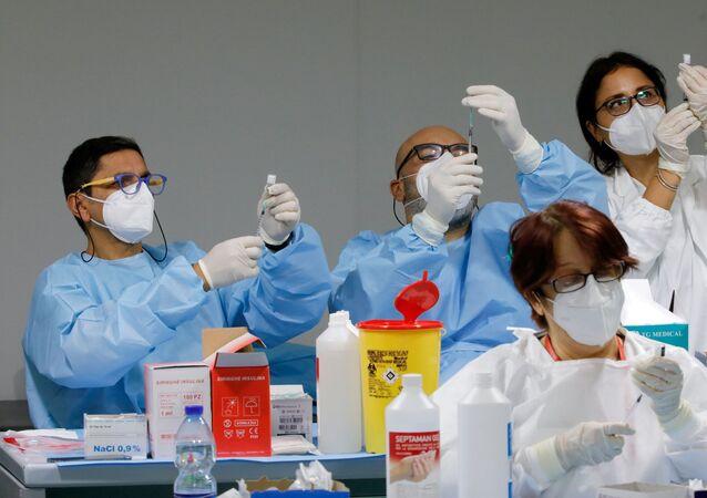 Profissionais de saúde preparam doses de vacinas em Nápoles (foto de arquivo)