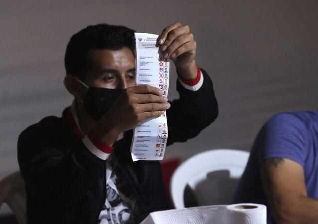 Funcionário realiza a contagem das cédulas nas eleições presidenciais e parlamentares peruanas em Lima