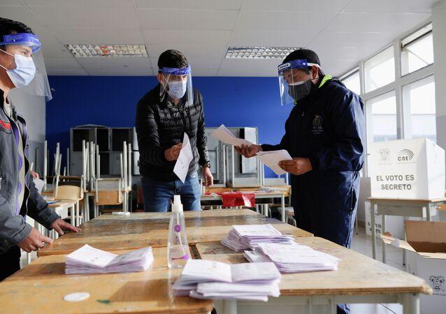 Contagem de votos em seção eleitoral em Quito durante o segundo turno das eleições presidenciais no Equador