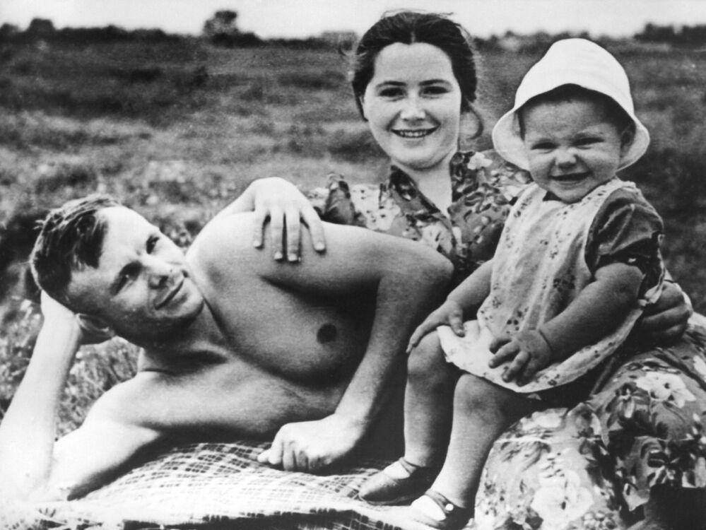Cosmonauta soviético Yuri Gagarin com sua mulher Valentina e sua filha Elena na praia em junho de 1960