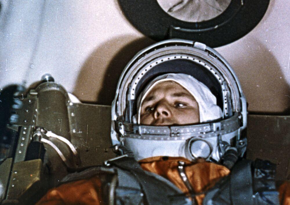 Cosmonauta Yuri Gagarin na espaçonave Vostok-1 antes do lançamento do cosmódromo de Baikonur, 12 de abril de 1961