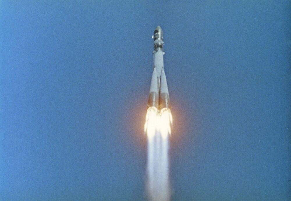 Nave espacial Vostok-1, tripulada pelo primeiro cosmonauta Yuri Gagarin, foi lançada às 09h07 no horário de Moscou (03h07, no horário de Brasília) do cosmódromo de Baikonur, 12 de abril de 1961
