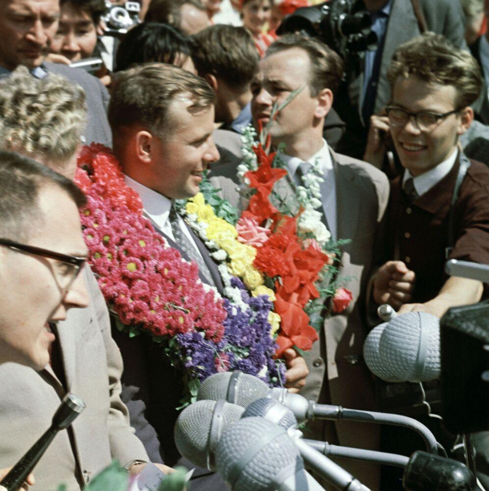 Cosmonauta Yuri Gagarin (no centro) durante o VIII Festival Mundial da Juventude e dos Estudantes