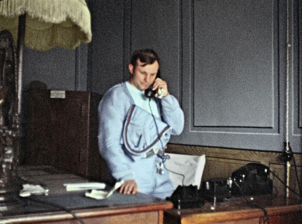 Primeiro cosmonauta do mundo, Yuri Gagarin comunica por telefone ao primeiro-secretário do Partido Comunista da União Soviética, Nikita Khruschov, sobre o fim exitoso do voo espacial, 1961