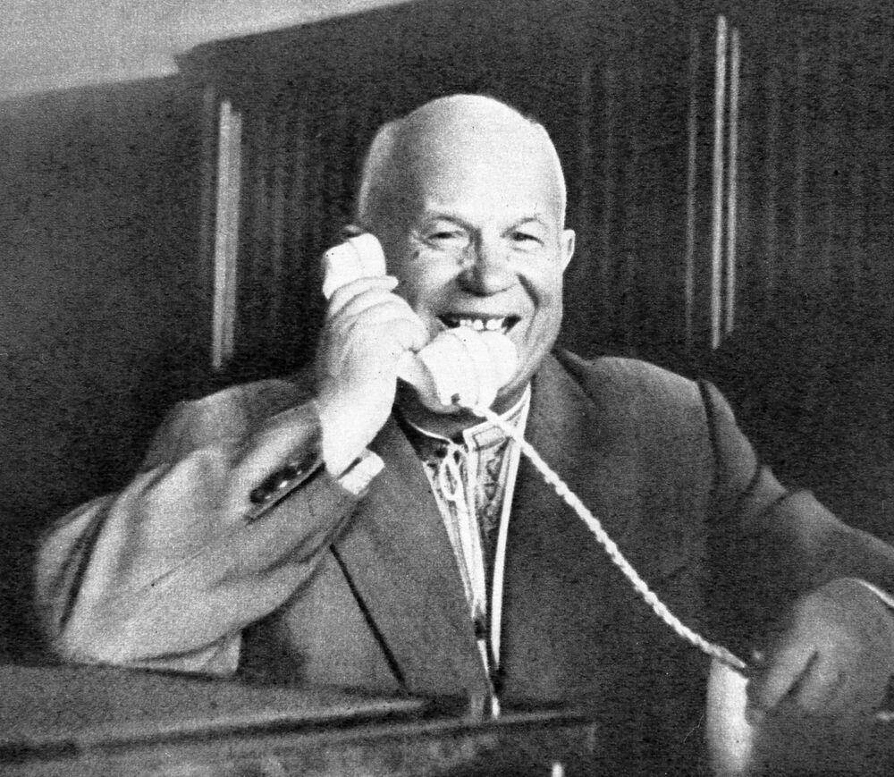 Primeiro-secretário do Partido Comunista da União Soviética, Nikita Khruschov fala por telefone com o cosmonauta soviético Yuri Gagarin
