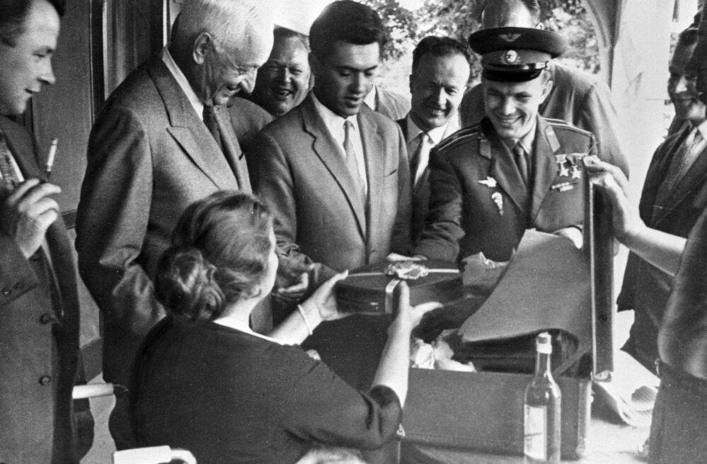 Viagem de Yuri Gagarin ao Canadá para participar das Conferências Pugwash sobre Ciência e Negócios Mundiais a convite pessoal do empresário Cyrus S. Eaton. Gagarin entrega presente para a esposa de Eaton