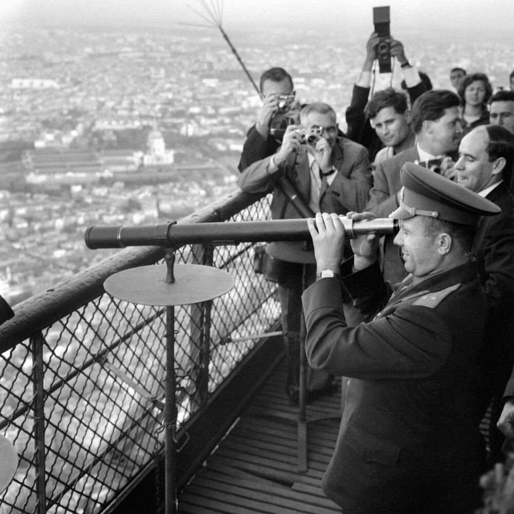 Cosmonauta soviético Yuri Gagarin olha através de telescópio na Torre Eiffel durante visita a Paris, França, 28 de setembro de 1963