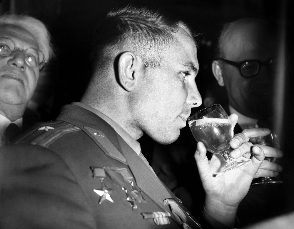 Yuri Gagarin toma um drinque em evento preparado para recebê-lo no Hyde Park Hotel, Londres, Reino Unido, 13 de julho de 1961