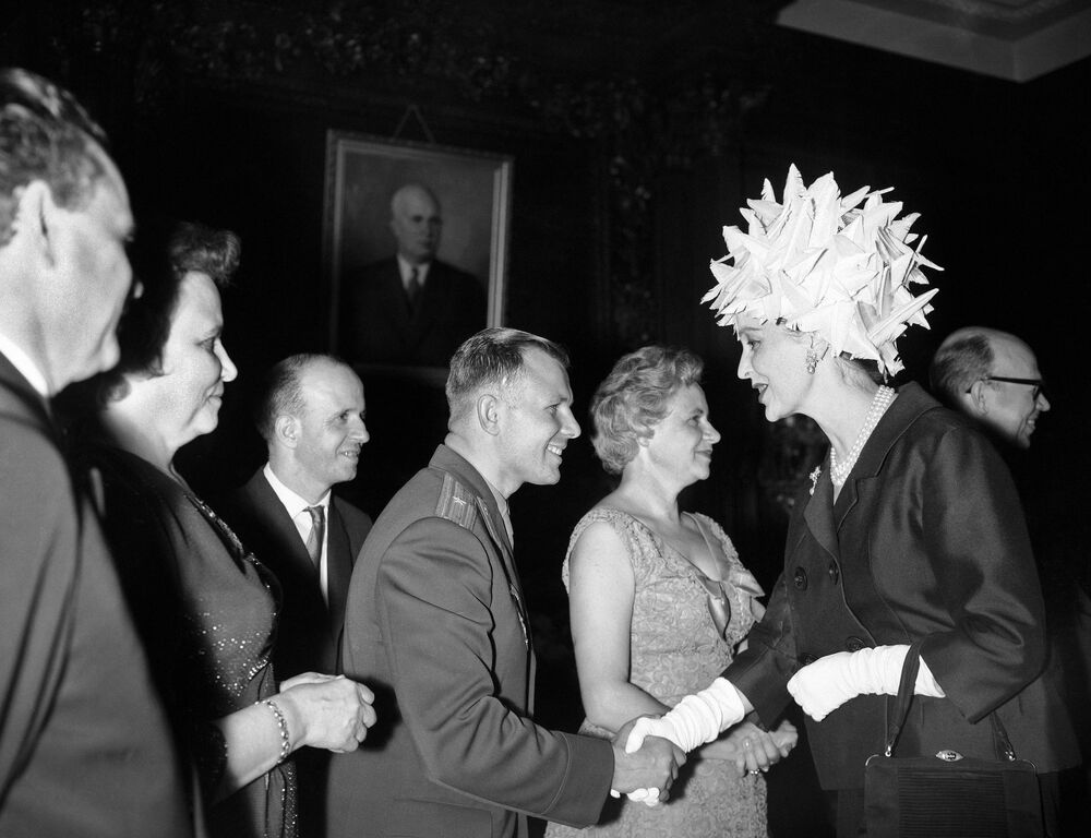 Atriz Valerie Hobson cumprimenta o cosmonauta soviético Yuri Gagarin em evento preparado para recebê-lo na Embaixada da URSS em Londres, Reino Unido, 11 de julho de 1961