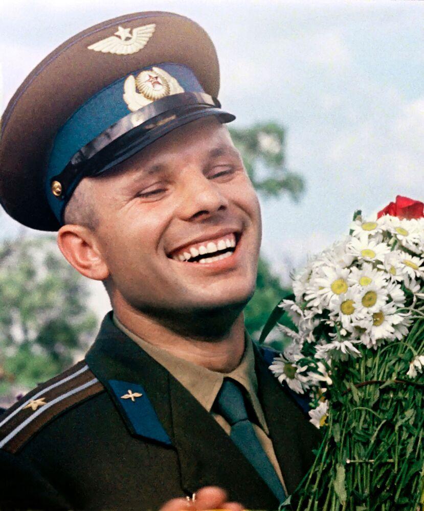 Cosmonauta soviético Yuri Gagarin com ramos de camomila