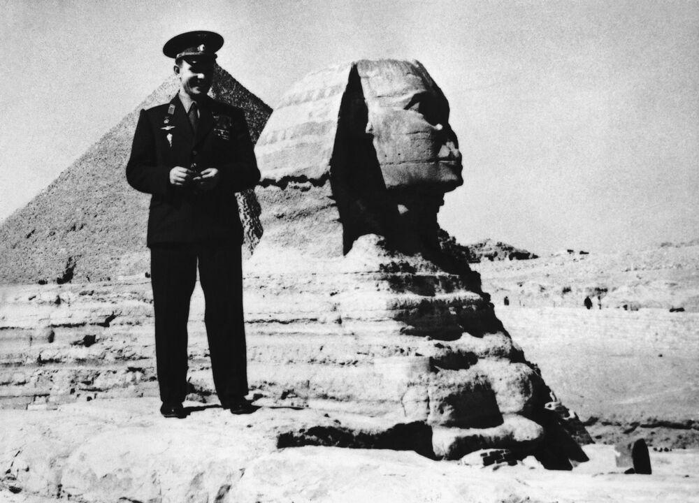 Cosmonauta Yuri Gagarin posa perto da antiga esfinge de Gizé, nos arredores do Cairo, Egito, 31 de janeiro de 1962. Gagarin recusou o convite para montar a camelo