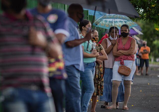 Moradores do município de Serrana, na Região Metropolitana de Ribeirão Preto (SP), aguardam em fila para serem vacinados com a Coronavac, contra a Covid-19. A cidade começa hoje a vacinação em massa de sua população adulta. A vacinação faz parte de estudo do Instituto Butantan para avaliar o impacto da vacina na transmissibilidade do Coronavírus