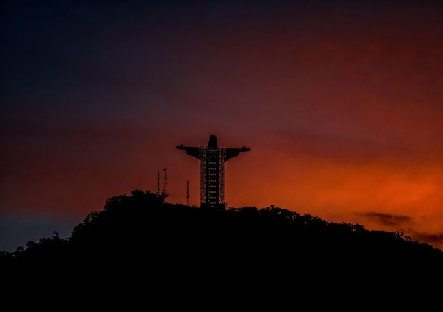 Cristo Protetor contemplando o cair da noite em Encantado, no Brasil