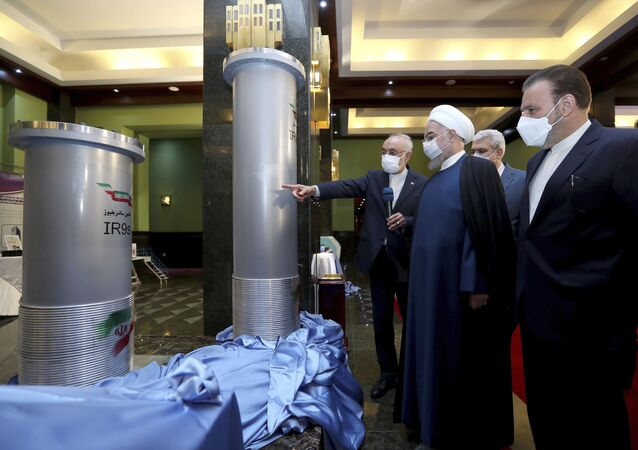 Presidente iraniano, Hassan Rouhani, segundo da direita e chefe da Organização de Energia Atômica do Irã, Ali Akbar Salehi, visitam usina nuclear iraniana em Teerã, 11 de abril de 2021