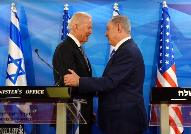 O então vice-presidente dos EUA, Joe Biden, e o primeiro-ministro israelense, Benjamin Netanyahu, apertam as mãos no gabinete do primeiro-ministro em Jerusalém, Israel, 9 de março de 2016 (foto de arquivo)