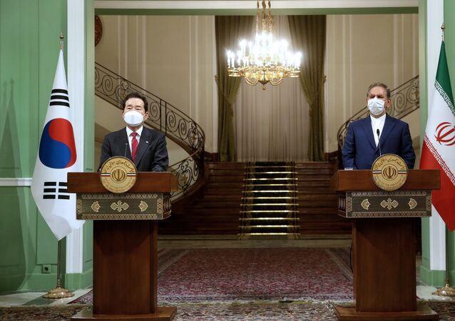 Primeiro-ministro da Coreia do Sul, Chung Sye-kyun, à esquerda, e o vice-presidente sênior do Irã, Eshaq Jahangiri, em coletiva de imprensa conjunta, em Teerã, Irã, 11 de abril de 2021
