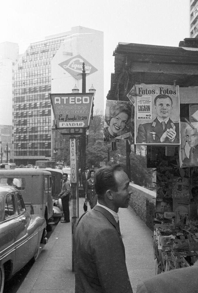 Viagem do cosmonauta Yuri Gagarin ao Brasil no âmbito de turnê pelas Américas. Cartazes com fotos do primeiro cosmonauta são expostos nas ruas de São Paulo, 29 de julho de 1961