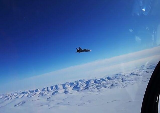 Caça russo MiG-31 intercepta avião invasor em voo supersônico durante exercícios no Ártico (screenshot de vídeo)
