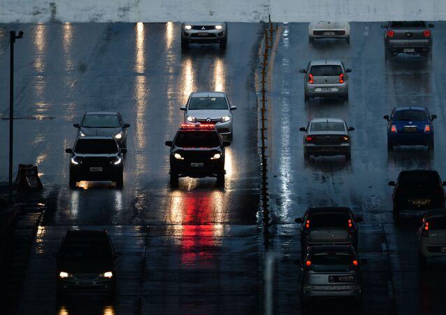 Em Brasília, automóveis andam com trânsito livre próximo da rodoviária central da capital, 10 de janeiro de 2020