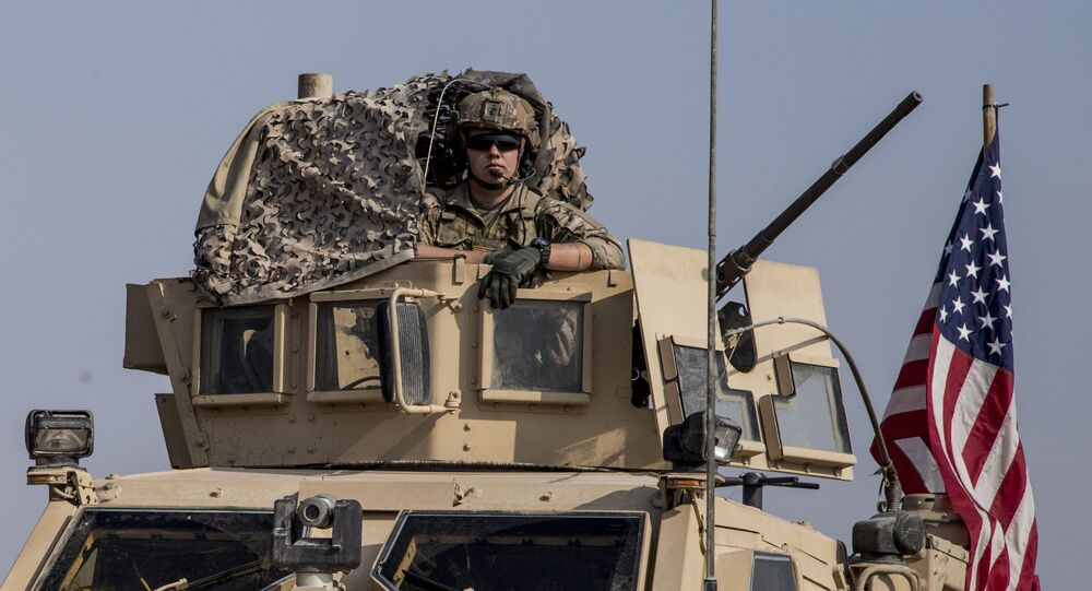 Em Qamishli, na Síria, um soldado norte-americano dirige um blindado, em 26 de outubro de 2019