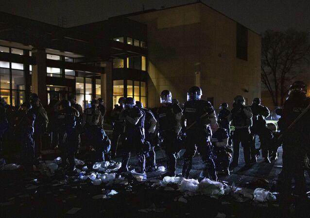 As autoridades respondem a uma cena em frente à delegacia de polícia do Brooklyn Center no domingo, 11 de abril de 2021, no Brooklyn Center, Minnesota.