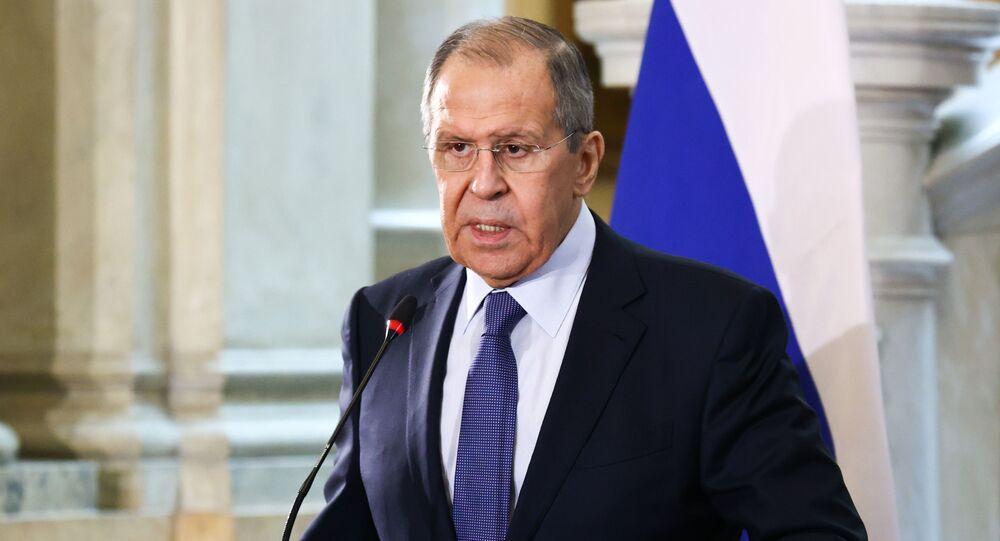 No Cairo, capital do Egito, o ministro das Relações Exteriores da Rússia, Sergei Lavrov, fala durante coletiva de imprensa ao lado do chanceler egípcio Sameh Shoukry