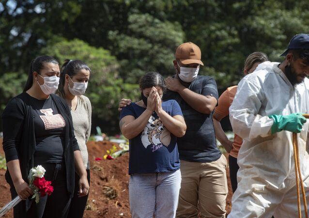 Enterro de vítima da COVID-19 em São Paulo.