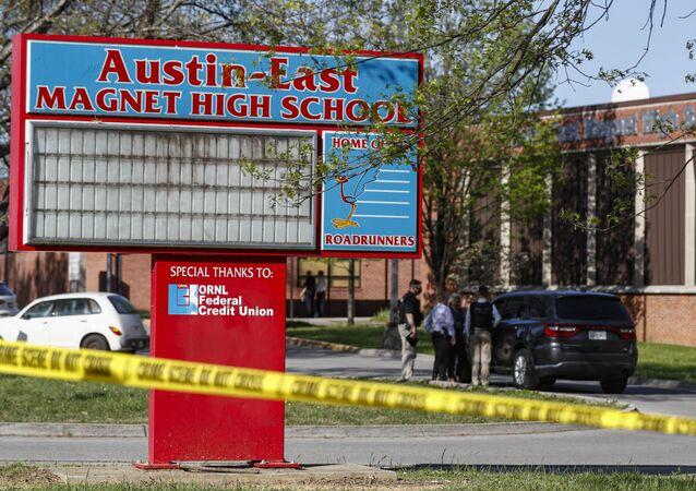 Polícia de Knoxville, nos EUA, trabalha no local de um tiroteio na Austin-East Magnet High School, em 12 de abril de 2021