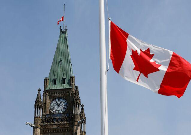 Bandeiras do Canadá hasteadas na Colina do Parlamento, em Ottawa, Ontário, Canadá, 9 de abril de 2021