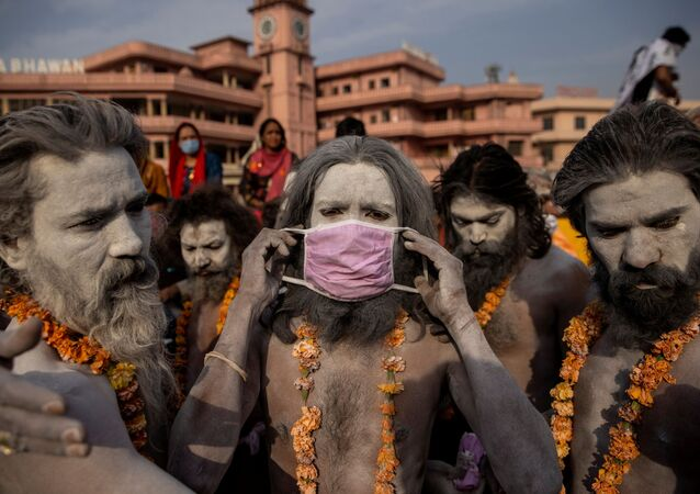 Homem usa máscara durante o festival hindu Kumbh Mela, em Haridwar, Índia, 12 de abril de 2021