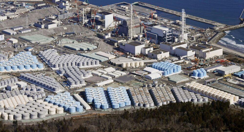 Vista aérea mostra tanques de armazenamento de água tratada na usina nuclear de Fukushima, no Japão