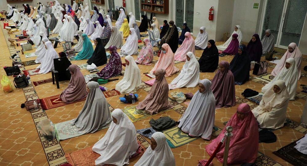 Mulheres muçulmanas oram no primeiro dia do mês sagrado de jejum do Ramadã, em meio à pandemia do coronavírus (COVID-19), em Kuala Lumpur, Malásia, 13 de abril de 2021.