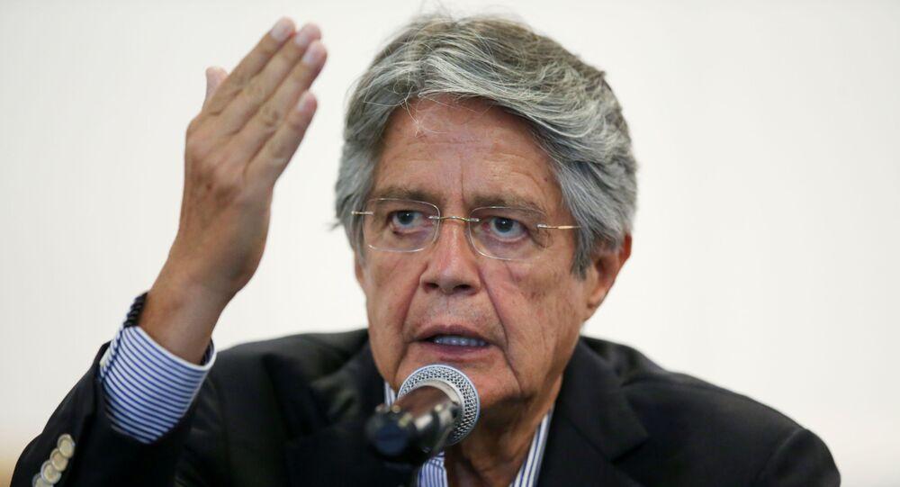 Em Quito, o presidente eleito do Equador gesticula enquanto fala com a imprensa, em 12 de abril de 2021