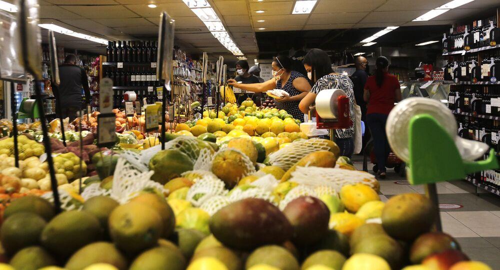 Consumidores fazem compras em supermercado no Rio de Janeiro.