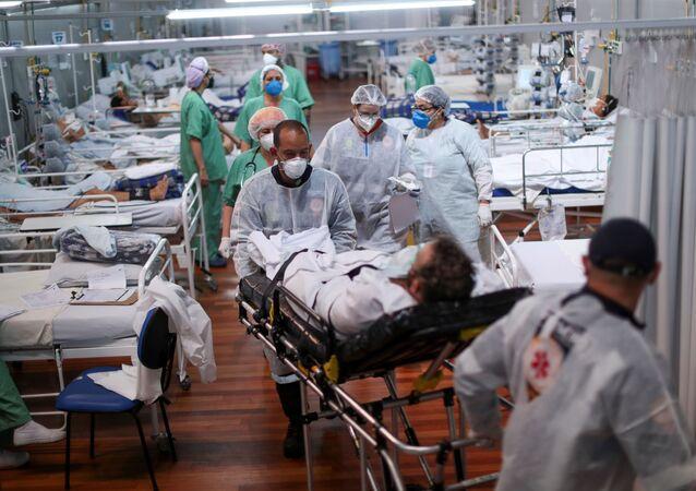 Hospital de campanha Pedro Dell'Antonia, em Santo André, no Brasil, lotado de pacientes com COVID-19 (7 de abril de 2021)