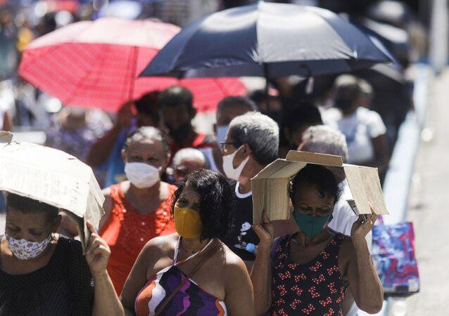 Idosos aguardam em fila de vacinação contra a COVID-19 em Duque de Caxias, no Rio de Janeiro, no Brasil, no dia 29 de março de 2021