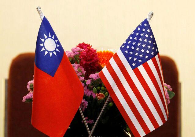 Bandeiras de Taiwan e dos EUA em Taipé, Taiwan, 27 de março de 2018