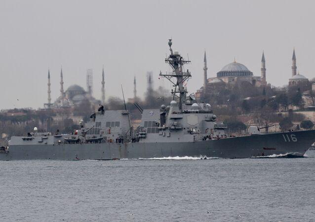 USS Thomas Hudner (DDG-116), destróier de mísseis guiados da Marinha dos EUA, navega no Bósforo, a caminho do mar Negro, em Istambul, Turquia, 20 de março de 2021