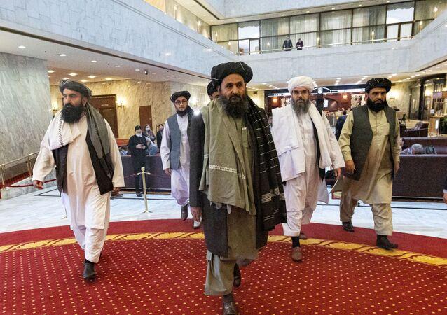 O mulá Abdul Ghani Baradar, vice-líder e negociador do Talibã, e outros membros da delegação participam da conferência de paz afegã em Moscou, Rússia, em 18 de março de 2021.