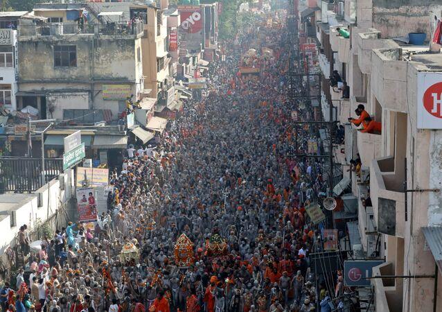 Em meio a um pico de novos casos de COVID-19, centenas de milhares de hindus participam da celebração religiosa Kumbh Mela, em Haridwar, na Índia, em 14 de abril de 2021