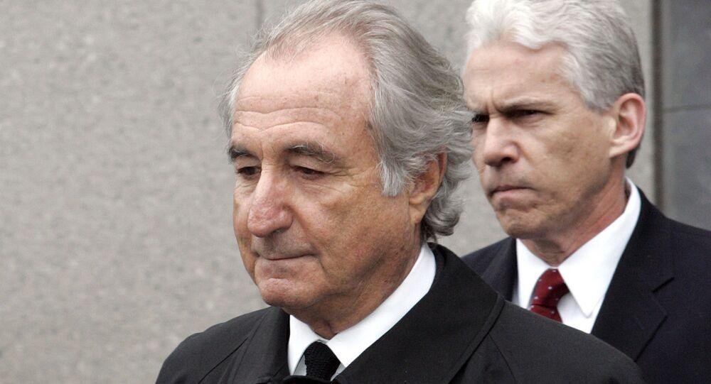 Ex-financista Bernie Madoff sai do tribunal federal em Manhattan, Nova York, EUA, em 10 de março de 2009