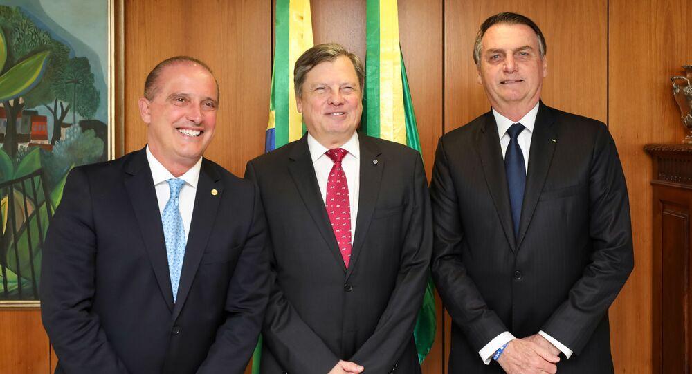 O deputado Onyx Lorenzoni, o embaixador Luís Fernando Serra, e o presidente da República, Jair Bolsonaro, em 25 de março de 2019